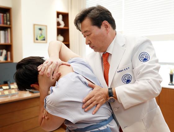 자생한방병원 신준식 박사가 환자에게 추나요법을 시행하는 모습 [자생한방병원]