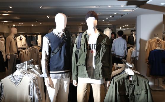 21일 서울 가로수길 에잇세컨즈 매장에 비치된 상품. 삼성물산 패션부문 고유 인공지능인 아이피츠가 제안한 물량과 사이즈 등을 참고해 구성된 상품이다. 삼성물산은 2020년까지 아이피츠가 상품 디자인에서부터 큐레이션까지 할 수 있는 시스템을 만들 예정이다. 우상조 기자