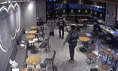 경찰 출동에 무릎 꿇은 흉기 난동범. [사진 부산경찰청 제공]