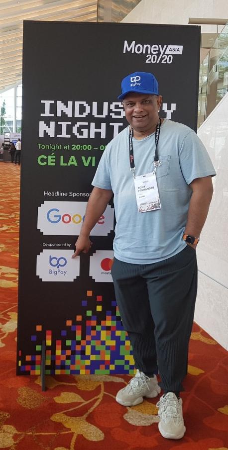 지난해 출범한 에어아시아 전용 모바일 플랫폼인 '빅페이'를 손가락으로 가리키는 토니 페르난데스 에어아시아 회장. [조진형 기자]