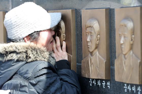 '제9주기 천안함 46용사 추모식'이 거행된 26일 오전 경기도 평택 해군2함대사령부에서 한 유가족이 46용사 추모비를 어루만지고 있다. [뉴스1]