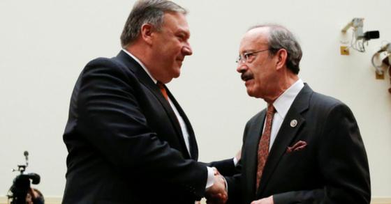 엘리엇 엥겔 하원 외교위원장(2018년 당시 민주당 간사, 우측)가 마이크 폼페이오 미국 국무장관이 악수하고 있다. [로이터=연합뉴스]