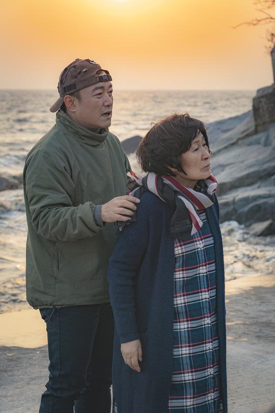 드라마 '눈이 부시게' 현장스틸. 김석윤 감독(왼쪽)이 배우 김혜자에게 연기에 대한 얘기를 하고 있다. [사진 JTBC]