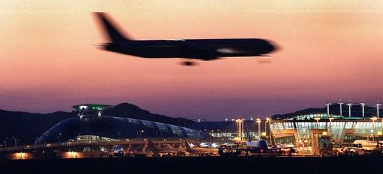 해외로 여름휴가를 떠나려면 전략을 잘 짜야 한다. 3·4월에는 항공사의 할인 프로모션이 집중될 예정이다. [중앙포토]