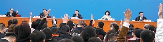 중국이 개혁개방 초기에 만든 외국인투자 관련 법률을 40년만에 재정비하고 내외자 기업 동등 대우 등 을 명기했다. 리커창 중국 총리가 지난 15일 전국인민대표대회 기자회견에서 외상투자법 에 대해 설명하고 있다. [베이징 신화=연합뉴스]