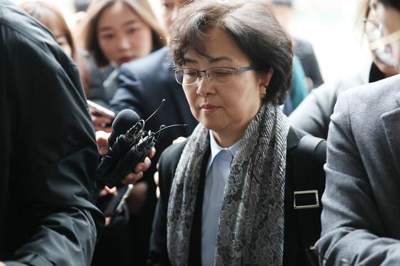 '환경부 블랙리스트' 관여 혐의를 받고 있는 김은경 전 환경부 장관이 25일 오후 서울동부지법에서 열린 영장실질심사에 참석하기 위해 법원으로 들어가고 있다. 우상조 기자