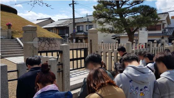 지난 24일 일본 쿄토의 귀무덤을 방문한 북한 출신의 청년들. [송영길 의원실 제공]