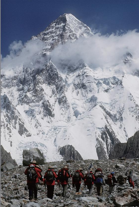 2000년 히말라야 8000m급 14좌 완등에 도전하고 있는 엄홍길 대장 일행.