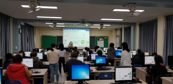 지난 23일 오후 충남 홍성여중 부설 방통통신중학교 신입생들이 컴퓨터 수업을 받고 있다. 신진호 기자