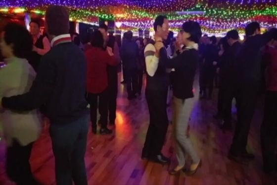 이젠 콜라텍 춤이 춤꾼들이 춤이 아니라 건강을 위한 국민의 춤으로 자리매김해 가는 분위기다. [사진 정하임]