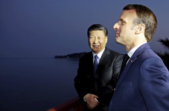 """시진핑 중국 국가주석(왼쪽)은 프랑스 남부로 마중을 나온 에마뉘엘 마크롱 대통령을 만나 지중해 해안을 산책하면서 """"이 곳이 참 편하다""""고 말했다. [AP=연합뉴스]"""