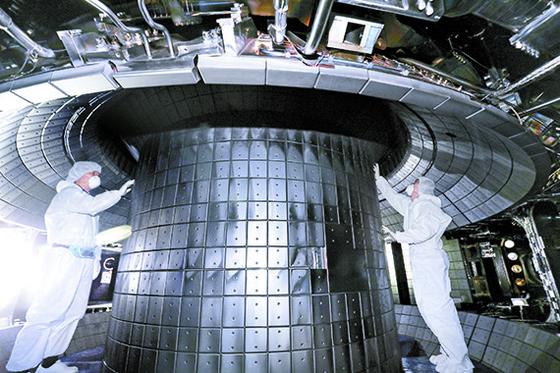 연구원들이 KSTAR의 진공 용기 내부를 점검하고 있다. 1억도 플라스마가 발생하는 공간이다. 언론사가 진공 용기 내부를 촬영한 것은 처음이다. [프리랜서 김성태]