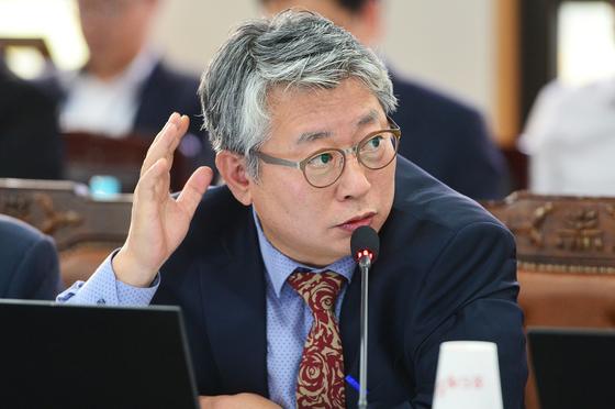 국회 법제사법위원회 전체회의에서 질의하는 더불어민주당 조응천 의원 [중앙포토]