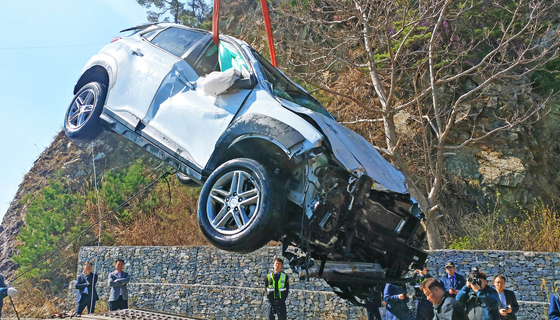 26일 오전 강원 강릉시 옥계면 금진리 해안도로에서 승용차가 바다로 추락해 5명이 숨졌다. 사고 차량의 인양작업이 이뤄지고 있다. [연합뉴스]