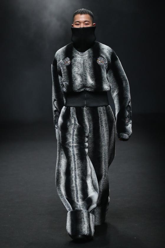 인조모피와 터틀넥 스웨터로 온몸을 감싼 '모호'. [사진 서울패션위크]