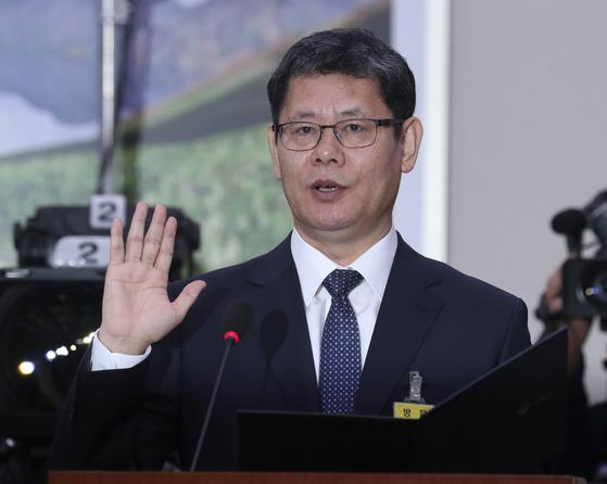 김연철 통일부 장관 후보자(오른쪽)가 26일 국회 외교통일위원회에서 인사청문회에서 선서를 하고 있다.  임현동 기자/20190326