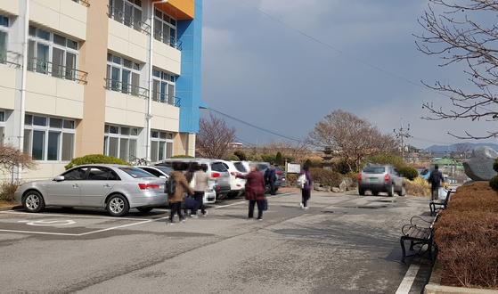 지난 23일 충남 홍성여중 부설 방송통신중학교 신입생들이 수업을 마치고 귀가하고 있다. 신진호 기자