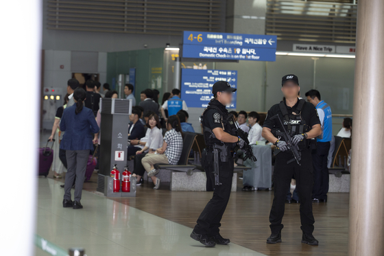 청와대가 공개한 '총기'가 노출된 대통령 경호 사진