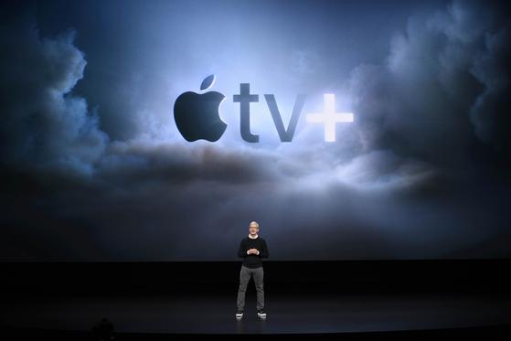 애플 최고경영자 팀 쿡이 25일(현지시간) 스트리밍 서비스인 '애플TV 플러스'를 소개하고 있다. [AP=연합뉴스]