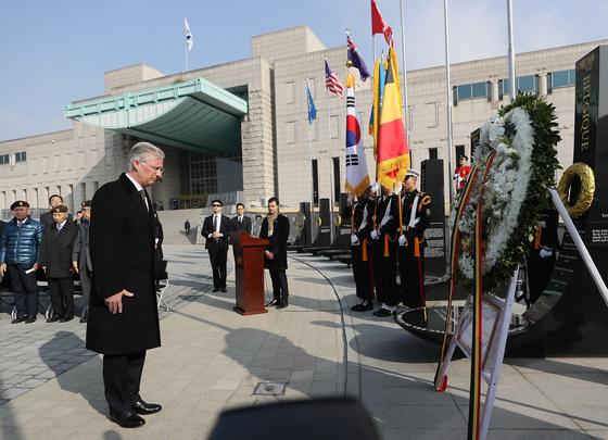 전사자에 고개숙인 벨기에 국왕, 그날은 '천안함 폭침' 9주기였다