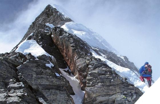 2007년 히말라야 로체샤르 등반에 나서고 있는 엄홍길 대장.