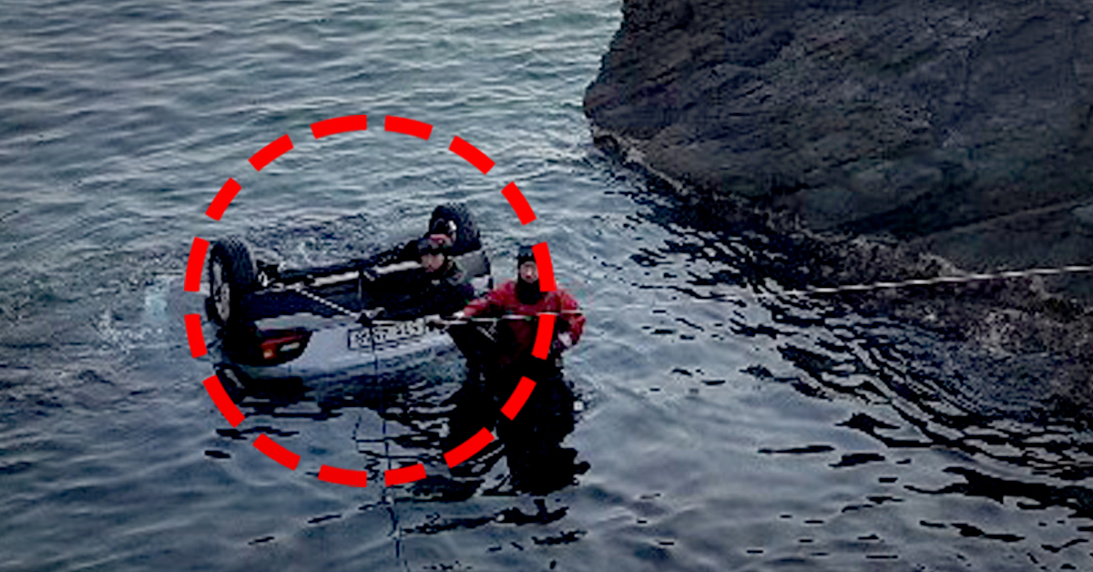 26일 오전 6시31분쯤 강릉시 옥계면 도직리 해안도로에서 흰색 코나 승용차가 가드레일을 들이받고 바다로 추락, 동해해경이 구조작업을 펼치고 있다. 차량에는 20살 남성 3명과 여성 2명이 타고 있었으며 모두 숨진 것으로 전해졌다. [사진 동해해경]