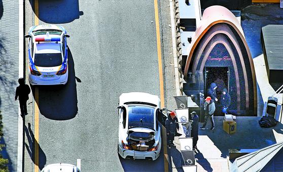 폭행사건에 이어 고객에게 마약을 판매했다는 의혹까지 불거져 경찰 수사를 받는 서울 강남 클럽 '버닝썬'이 지난달 16일 영업 중단을 결정했다. 직원들이 다음날 짐을 옮기고 있다. [연합뉴스]