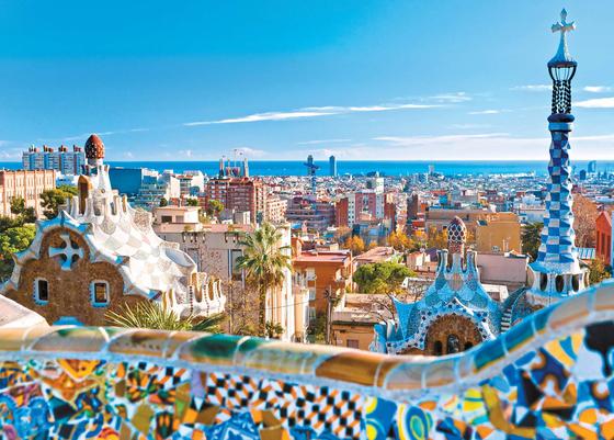 스페인은 문화와 예술의 나라다. 바르셀로나 곳곳에서 성가족성당(사그라다 파밀리아 성당), 구엘 공원, 카사 바트요, 카사밀라 등 스페인의 위대한 건축가 가우디의 작품을 만날 수 있다. 사진은 곡선의 미가 돋보이는 구엘 공원. [사진 롯데관광]
