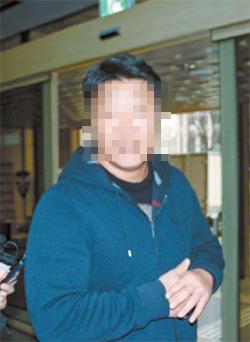 전직 경찰 강씨가 지난 6일 서울경찰청 광역수사대로 출두하는 모습. 조강수 기자