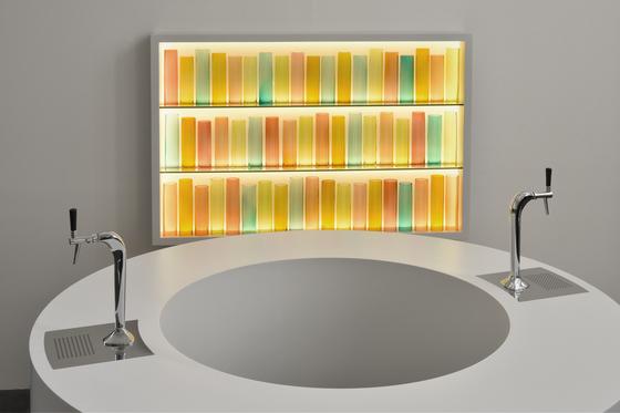 앞의 작품은 'Looped Bar'( 2018,Corian, MDF, stainless steel, beer taps, stools, 220 cm x 159.5 cm)와 벽면 작품은 ' Color Field' (2018 Corian, glass, Plexiglas, LED, aluminium, stainless steel 120.6 x 180.6 x 17 cm).[사진 국제갤러리]