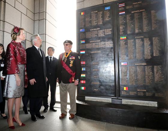 국빈 방한 중인 필리프 벨기에 국왕 내외가 26일 오전 서울 용산구 전쟁기념관에서 열린 '6·25전쟁 벨기에 참전용사 추모식'에 참석해 벨기에 전사자명비를 바라보고 있다. [뉴시스]