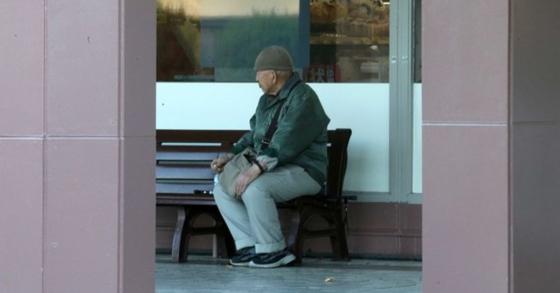 26일 일본 후생노동성에 따르면 2017년 노인과 아동 학대 건수가 사상 최다를 기록했다. 일본 사이타마현 하토야마에서 한 노인이 벤치에 앉아있다. [중앙포토]