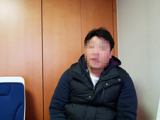 전직 경찰 강씨가 지난 4일 마포의 한 사무실에서 인터뷰에 응하고 있다.       조강수 기자