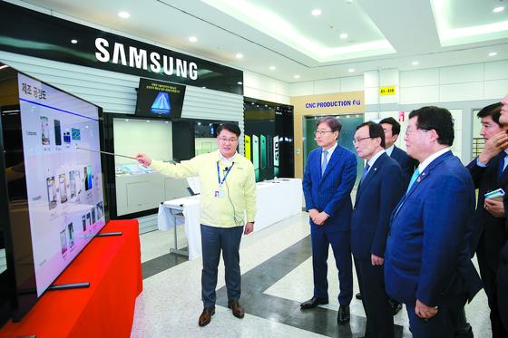 이해찬 더불어민주당 대표(왼쪽 셋째)가 25일 베트남 박닌성 삼성전자 스마트폰 제조공장에서 제조 공정을 브리핑받고 있다. [연합뉴스]
