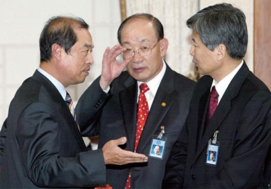 2004년 11월 당시 김병준 청와대 정책실장, 허성관 행정자치부 장관, 이정우 정책기획위원장 (왼쪽부터)이 반부패 관계기관 협의회에 앞서 이야기를 나누고 있다.