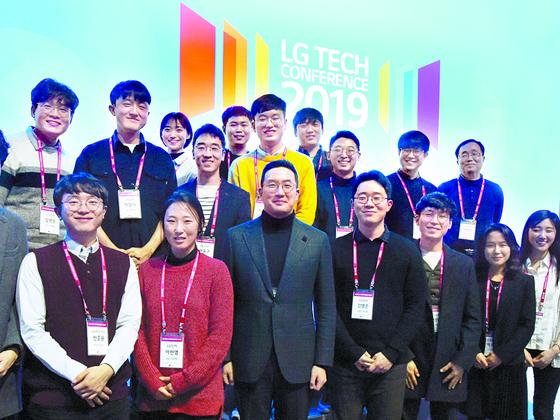 비즈니스 정장이 아닌 폴라티 차림의 구광모 ㈜LG 대표가 지난달 이공계 인재들이 모인 'LG 테크 컨퍼런스'에 참석했다. [사진 LG]