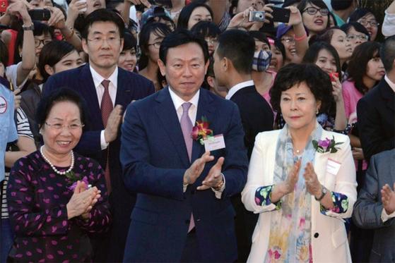 2014년 9월 '롯데센터 하노이' 개장식에서 응우엔 티도안 당시 베트남 부통령(왼쪽)과 롯데그룹 신동빈 회장(가운데), 신영자 장학재단 이사장이 박수를 치고 있다.