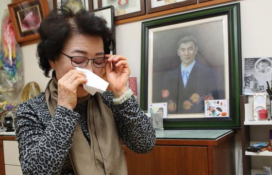 신윤찬 씨가 남편 이성대 씨 별세 후 부산 해운대구 자택에서 26일 본지와 인터뷰를 하면서 눈시울을 붉히고 있다. 뒤쪽에 의인 이수현씨의 사진이 보인다. 송봉근 기자