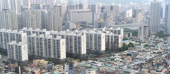 아파트가 즐비한 부산 동래구 사직동 일대의 모습. 부산은 최근 아파트 가격 하락 등으로 부동산 조정대상지역에서 해제해달라는 목소리가 높다. [중앙포토]
