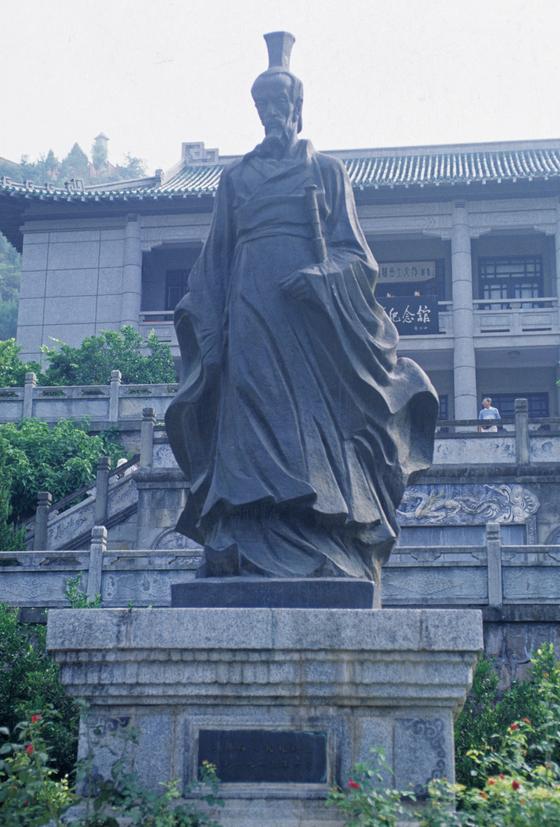 중국 굴원사당에 세워진 굴원(BC 343년 추정 ~ BC 278년 추정)의 동상. [중앙포토]
