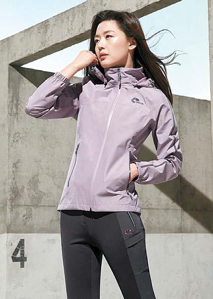 네파 모델 전지현이 기능성, 스타일을 겸비해 다양하게 활 용할 수 있는 바스토를 입고 포즈를 취했다. [사진 네파]