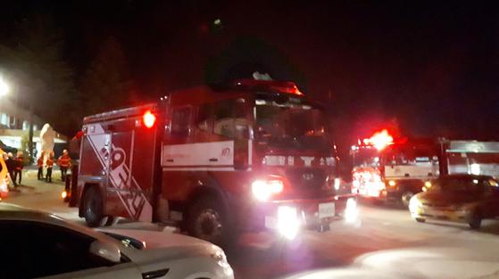 27일 오후 8시 25분께 강원 태백시 장성동 장성광업소 금천갱 갱내에서 가스 연소로 추정되는 사고가 발생했다. 사진은 구조차량이 현장에 도착한 모습. [연합뉴스]