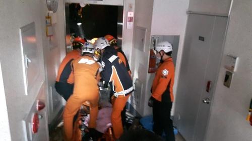 부산 해운대경찰서는 27일 오후 1시 57분쯤 해운대구 한 아파트 17층에서 교체 작업 중이던 엘리베이터가 바닥으로 추락했다며 이 사고로 30대 근로자 2명이 숨졌다고 밝혔다. [사진 부산소방안전본부 제공]