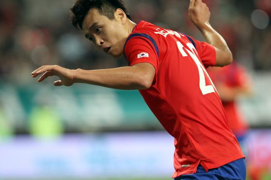 이동국이 2014년 9월 코스타리카와 평가전에서 골을 넣은 뒤 재아를 위해 테니스 스트로크 세리머니를 했다. [중앙포토]