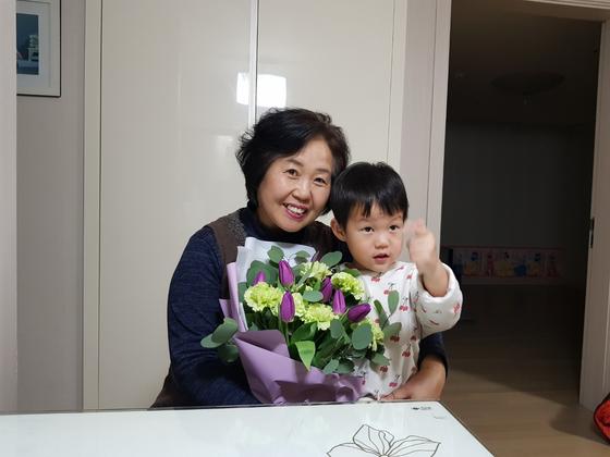 """전자책 발간 소식을 전한 뒤 딸네 집에 들어서니 사위가 커다란 꽃다발을 안겨주었다. """"웬 꽃다발?"""" 하니 쑥쓰러워 하는 사위 왈, """"셋째 봐주시느라 감사해서 드리는 거""""란다. [사진 송미옥]"""