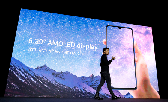 중국 스마프폰 시장에서 한국 IT기업의 존재감은 이미 사라졌다. 샤오미가 지난달 24일(현지시간) 스페인 바르셀로나에서 열린 MWC 19 행사에서 자사의 첫 5G 스마트폰인 미믹스3 5G와 미9을 공개했다. [AP=연합뉴스]