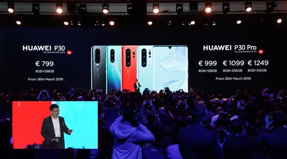 리처드 위 화웨이 소비자비즈니스그룹 CEO가 신작 스마트폰 P30 시리즈 가격을 소개하고 있다. [사진 화웨이 동영상 캡처]