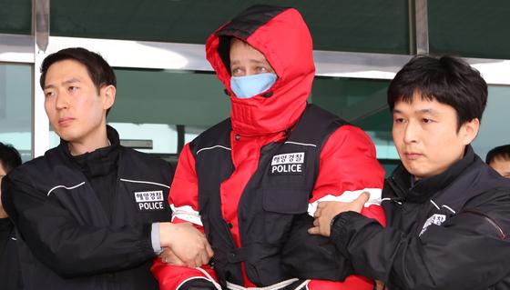 광안대교를 충돌하고 도주한 러시아 화물선 씨그랜드호 선장 러시아인 S 씨(43)가 지난 3일 오후 구속영장 실질심사를 받기 위해 부산해양경찰서를 나서고 있다. 송봉근 기자