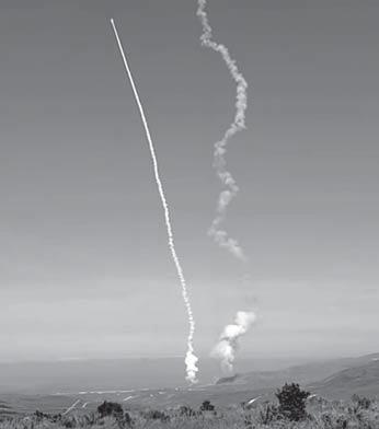 미국이 26일(현지시간) 대륙간탄도미사일(ICBM)을 동시다발로 요격하는 지상발사 요격미사일(GBI)을 시험 발사하고 있다. 미국은 이날 세계 최초로 GBI 동시다발 요격 시험에 성공했다. 미국이 군사적 긴장감을 높이기 위해 시기를 택했다는 해석이 나온다. [사진 유튜브 캡처]