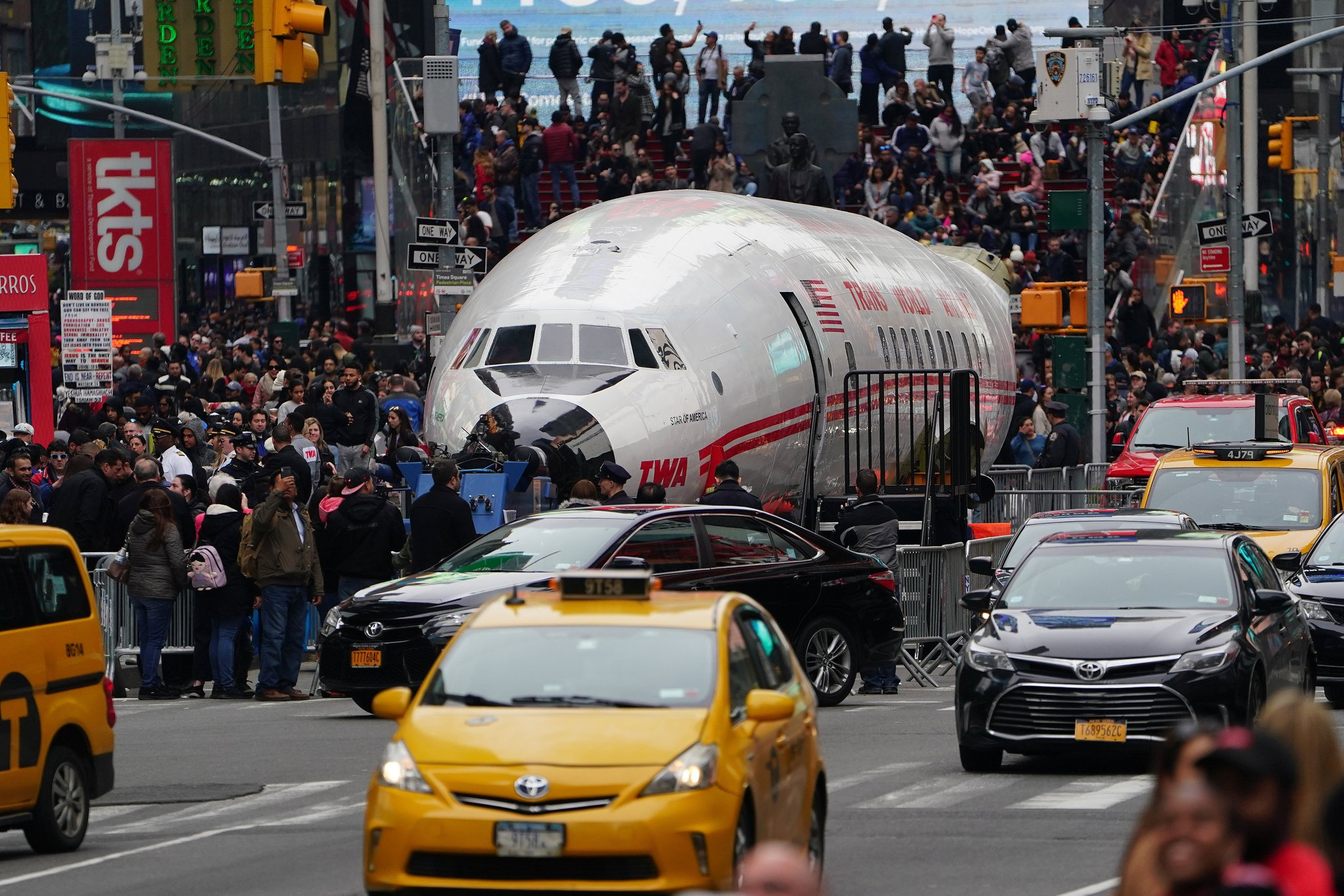 1960년대 미국 TWA 항공사의 주력 여객기의 동체가 지난 24일(현지시간) 뉴욕 한복판인 타임스퀘어에 전시돼 있다. [로이터=연합뉴스]